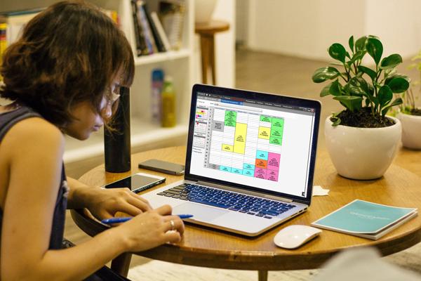 Chica utilizando programa de gestión de SADI Software
